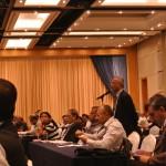 会場中央に3か所設置してあるマイクを使用して、参加者は発言する。活発。