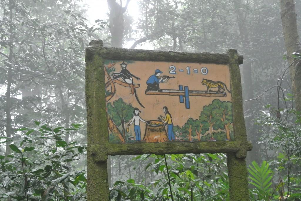 公園内の休憩エリアにあった看板。右上にトラを撃つ人が書かれています