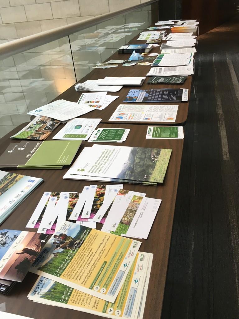気候変動(Climate change)が話されるSBSTTA3日目。場内では各国の参考文献が並んでいます。