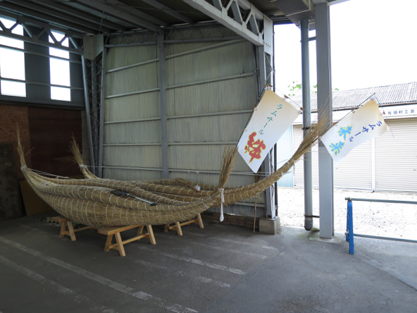 渡良瀬遊水地で取れたヨシで製作された茅船。子どもたちが乗船するイベントが開催されたそうです。