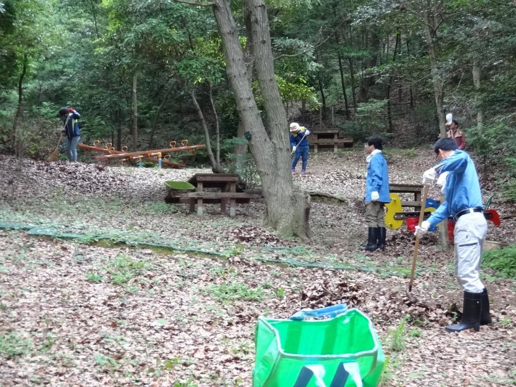 ソニーの森で活動する社員の皆さん。落ち葉はきをします。
