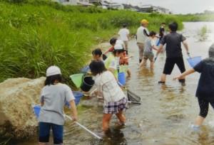 子ども魚取り写真 (1)