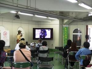 大阪市天王寺動物園 西岡さんによる熱帯雨林のお話から、その熱帯雨林に生息し、動物園でも飼育展示されている、フクロテナガザルの様子など幅広くお話をしていただけました。