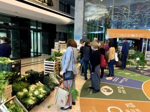 FAOの建物内で開かれていたファーマーズマーケット
