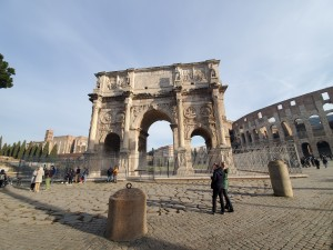 「F A Oに向かう道中の歴史的建造物(コンスタンティヌスの凱旋門」)